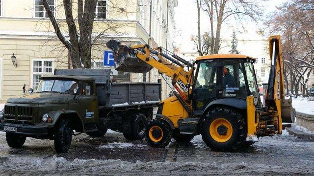 У суботу вранці на вулицях Львова працювали 35 одиниць снігоприбиральної техніки