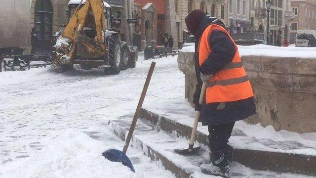 Через негоду львівські комунальники працюватимуть увесь день