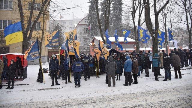 Біля генконсульства Росії у Львові зібрались близько 30 активістів націоналістичних організацій