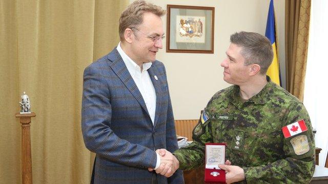 Мер Львова нагородив канадського підполковника Орденом св. Юрія