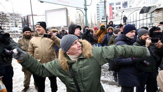 Протестувальники закидали посольство РФ у Києві яйцями та зеленкою