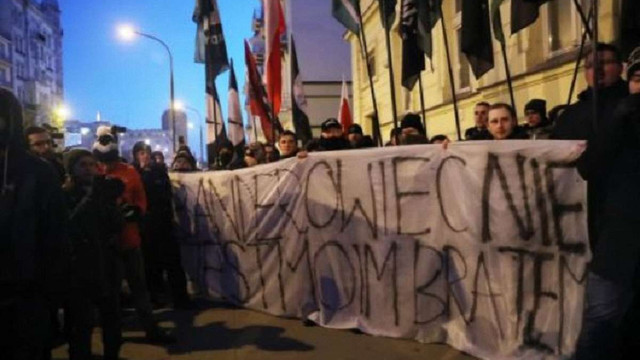 У Варшаві націоналісти спалили портрети Шухевича і Бандери під посольством України