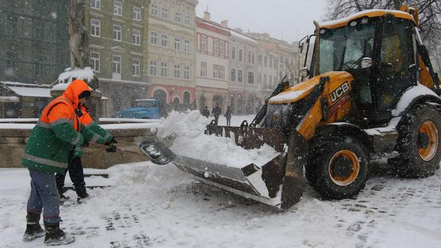 Вночі та вранці на вулицях Львова працювала 51 одиниця снігоприбиральної техніки