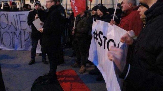 ЛОР вимагає визнати персоною нон ґрата польського депутата, який потоптав червоно-чорний прапор
