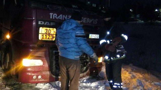 Через ожеледицю рятувальники відбуксовували транспорт на дорогах Львівщини