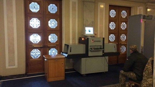 У Верховній Раді почали обшукувати народних депутатів за допомогою рентгену