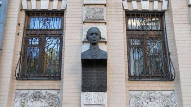 Поліція затримала викрадачів бронзового погруддя Лесі Українки в Києві