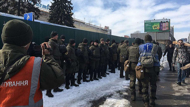 Поліція прийшла з обшуками на базу «Національного корпусу» та полку «Азов» в Києві