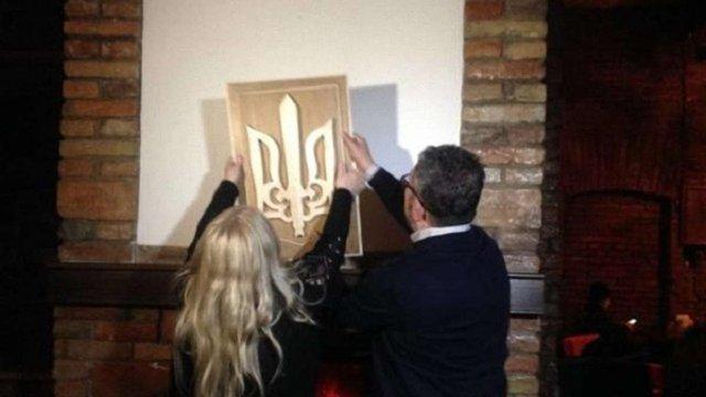 Матір поляка, що спалив тризуб у Тернополі, повернула новий герб на місце