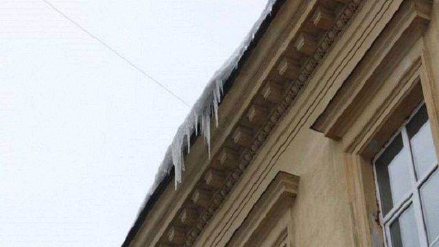 На площі Ринок на жінку впала брила льоду, постраждала від госпіталізації відмовилася