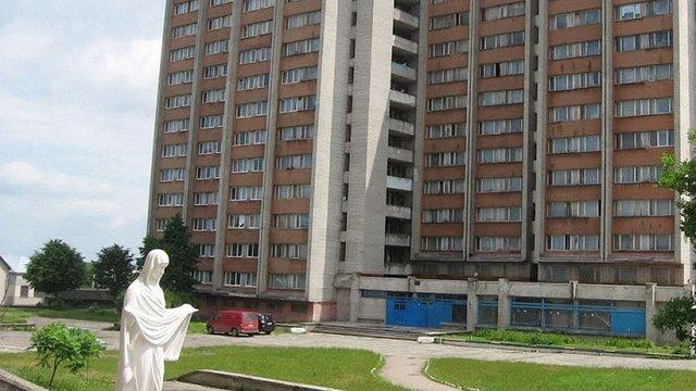 Внаслідок падіння з 11 поверху гуртожитку у Львові розбилася 17-річна студентка