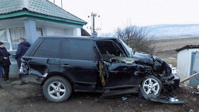 На Закарпатті товарний потяг протаранив Range Rover