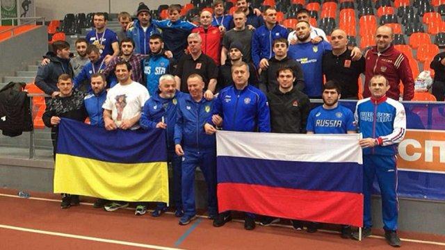 Українські борці зробили дружнє фото з росіянами на турнірі у Болгарії