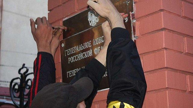 Україна висилає 13 російських дипломатів через отруєння Скрипаля