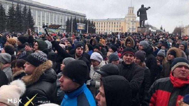 Мешканці Кемерово вийшли на багатотисячний мітинг через пожежу в торговому центрі