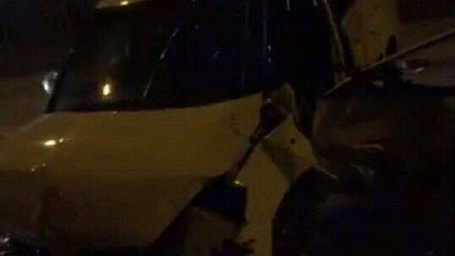 Нетверезий водій зніс парапети і в'їхав у стіну будинку у Львові