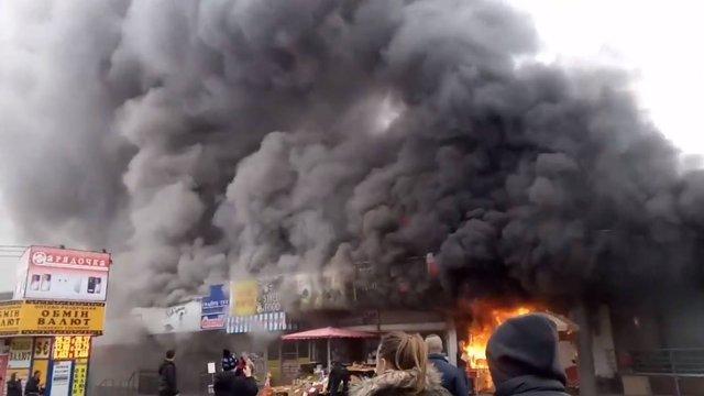 У Києві біля станції метро «Лівобережна» згорів магазин