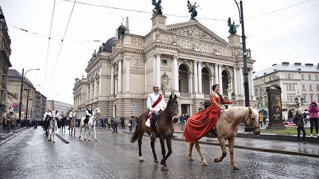 Центром Львова пройшов парад з нагоди відкриття реконструйованого «Гранд Готелю»