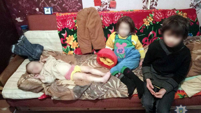 У Маріуполі мати зачинила дітей в квартирі і пішла «в магазин» на три дні