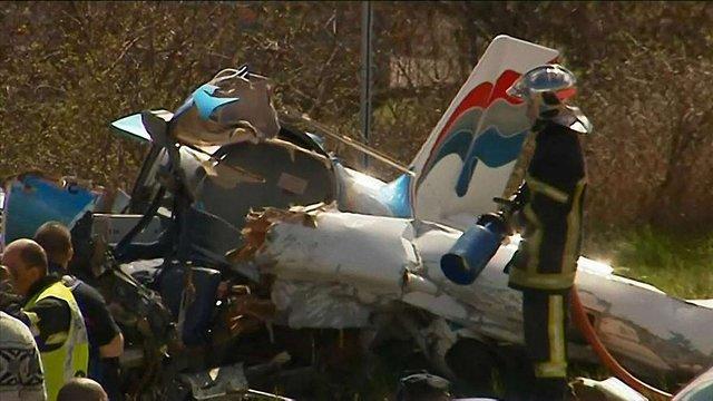 У Франції двоє людей загинули внаслідок падіння літака на автотрасу