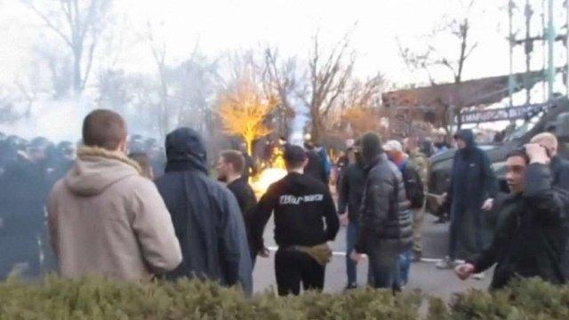 У Маріуполі вболівальники побилися з поліцією під час матчу, на якому був Порошенко