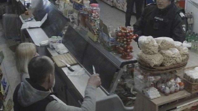 В Дрогобичі поліцейські затримали чоловіка, який погрожував ножем продавчині магазину