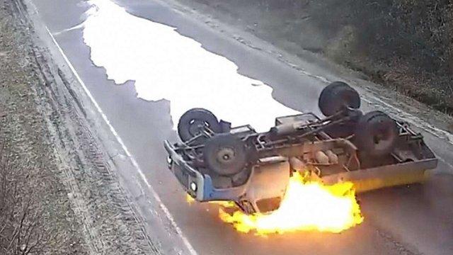 На Тернопільщині на трасі перекинувся і спалахнув молоковоз