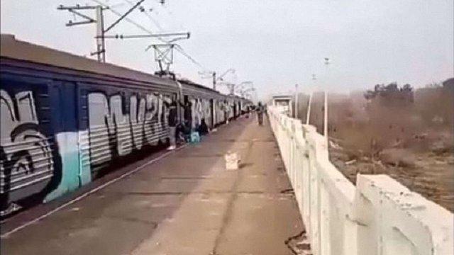 На Дніпропетровщині хулігани затримали приміську електричку, щоб намалювати графіті