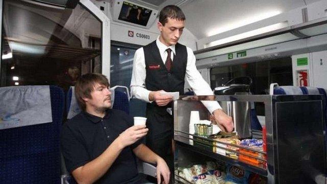 «Укрзалізниця» замість обіцяних гарячих страв годуватиме пасажирів пакетованою кашею