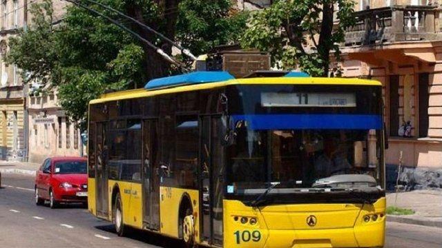 На Великодні свята до львівських кладовищ курсуватиме більше громадського транспорту