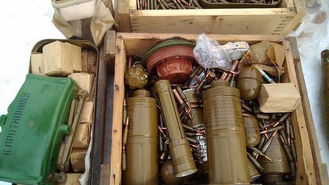 СБУ виявила три схованки зі зброєю та боєприпасами у прифронтовій зоні Донбасу