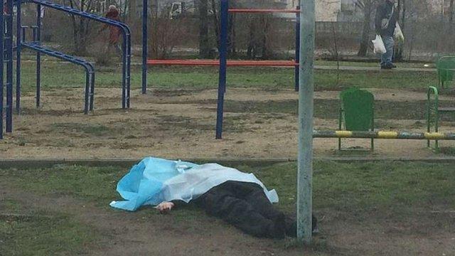 У Коломиї студентка померла після падіння з дитячої гойдалки