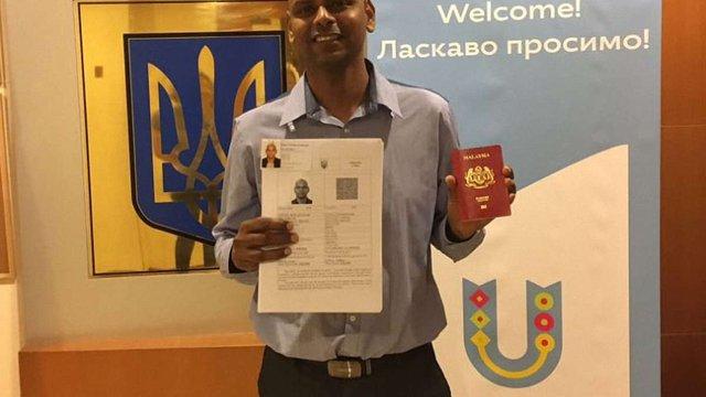Україна офіційно видала першу електронну візу іноземцю