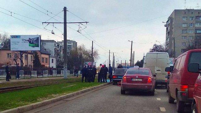 На дорозі неподалік ЦУМу у Львові раптово помер літній водій