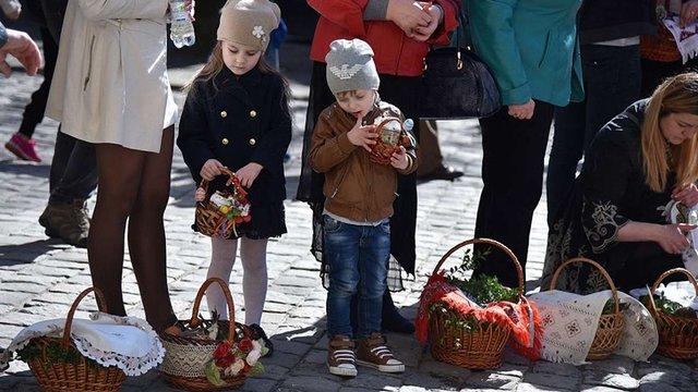Львів'яни почали святити великодні кошики у храмах міста
