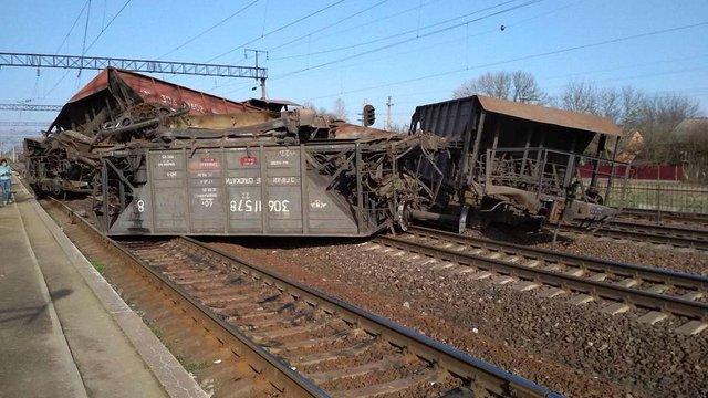 Неподалік Буська з колії зійшло близько десяти вагонів вантажного поїзда