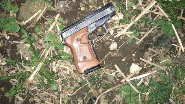 У Львові затримали двох чоловіків, які погрожували перехожому зброєю