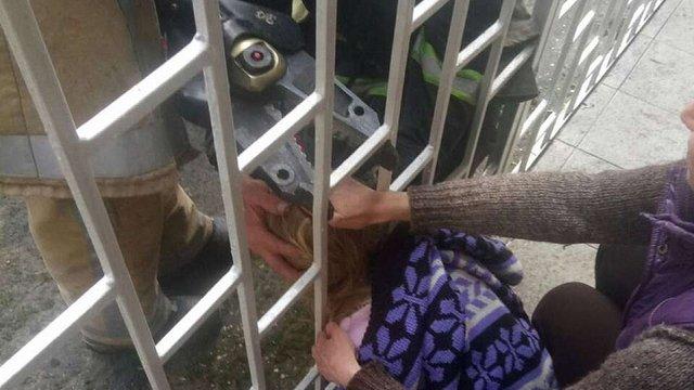 Львівські рятувальники звільнили дитину, голова якої застрягла в огорожі