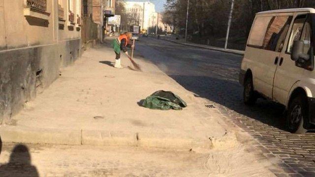 Мер Львова доручив знайти альтернативу піску, яким взимку посипають вулиці