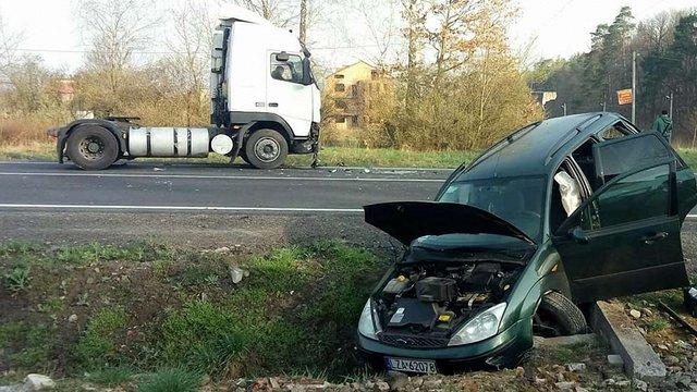 Біля Львова зіткнулися два легковики та вантажівка