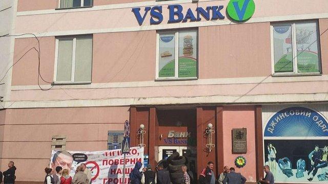 У Мукачеві вкладники пограбованого VS Банку заблокували відділення шинами і вимагали грошей