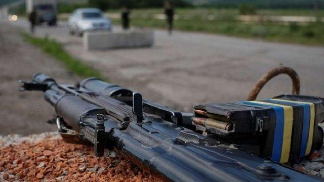 У зоні бойових дій на Донбасі внаслідок обстрілу загинув український військовий