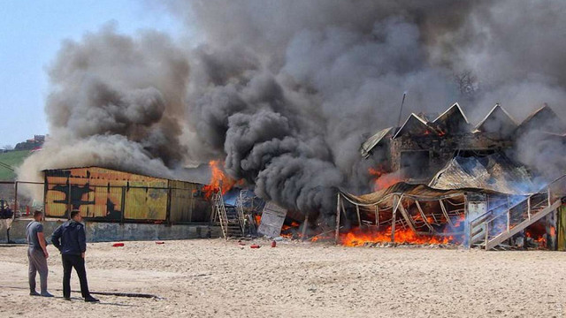 На одеському пляжі сталася масштабна пожежа у ресторані