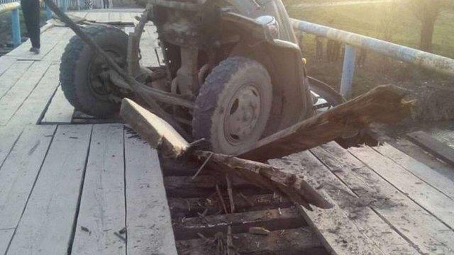 У Самбірському районі на дерев'яному мості провалилась вантажівка
