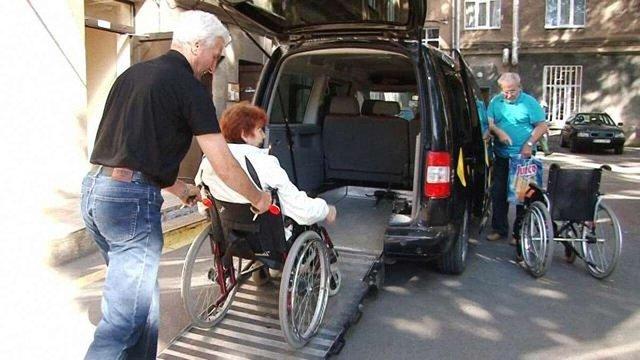 В Івано-Франківську запровадили соціальне таксі для самотніх людей та людей з інвалідністю