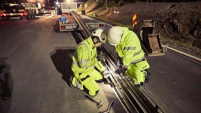 У Швеції відкрили першу в світі дорогу, яка заряджає електромобілі на ходу