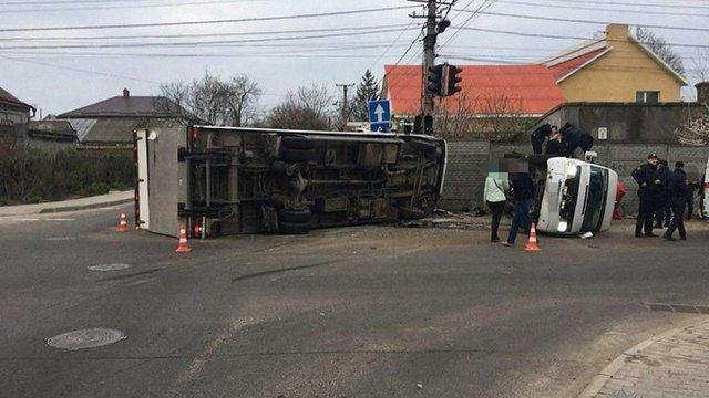 В Одесі вантажівка в'їхала в мікроавтобус, постраждало 11 людей