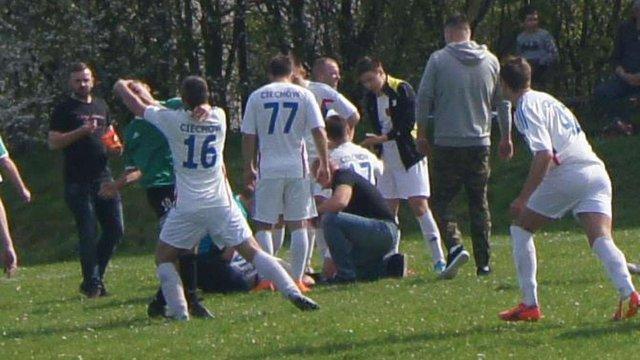 Під час футбольного матчу у Польщі вболівальник намагався перерізати горло гравцеві