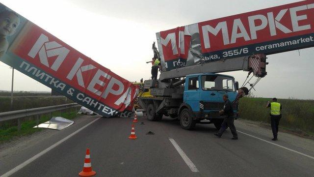 Автокран збив рекламну конструкцію на Кільцевій дорозі Львова, рух транспорту ускладнений