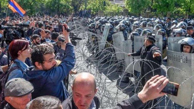 У Єревані протестувальники захопили центр міста та заблокували роботу метро